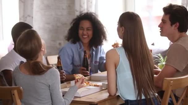 Diversi amici si congratulano lun laltro con levento che stria le bottiglie di birra
