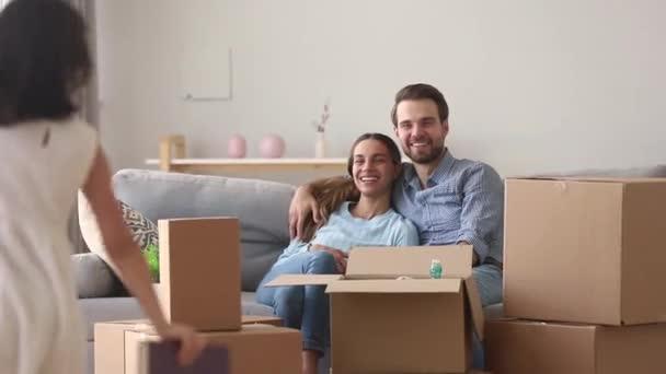 Dcera pomáhající rodičům balit rodinu věcí se přestěhovat do nového domova