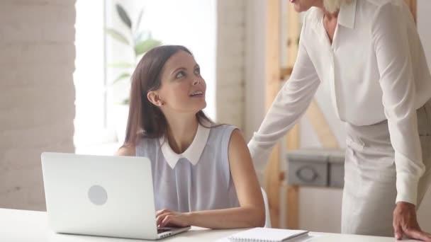 Starší generální ředitel se seznámil s mladým pracovníkem metoda handshaking v kanceláři