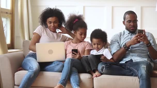 Africké dvojice a malé děti závislé na moderních miniaplikacích