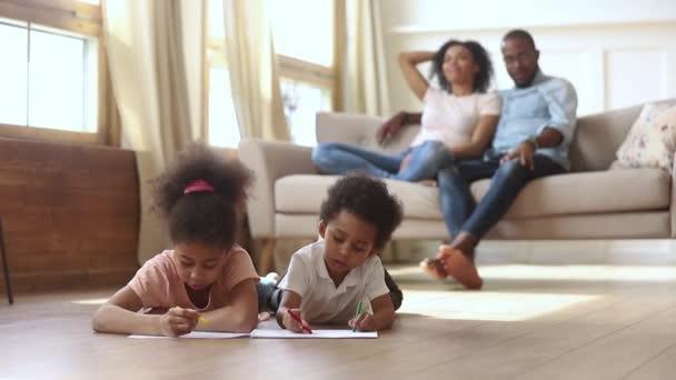 Zatímco rodiče odpočívají na pohovce děti na teplém patře