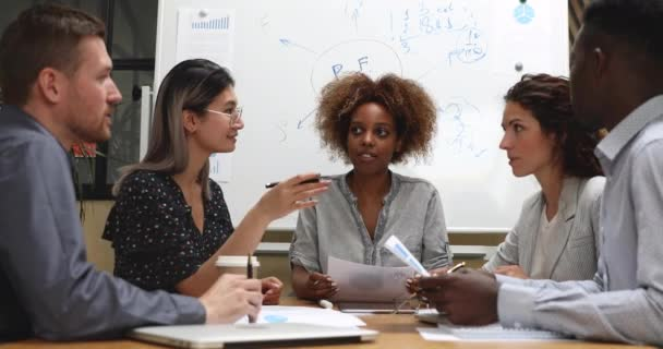 Sokszínű üzletemberek megbeszéli a projektstratégia-megosztási elképzeléseiket