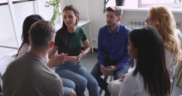 Gruppe multiethnischer Menschen spricht im Kreis während der Gruppentherapie
