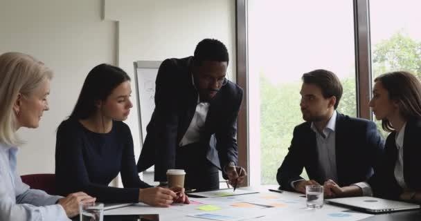 Afričtí podnikatelé mentor vysvětlující papírování výuka multiracial tým