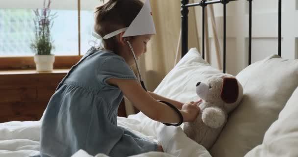 Kleines Mädchen spielt mit Spielzeug als Arzt mit Stethoskop