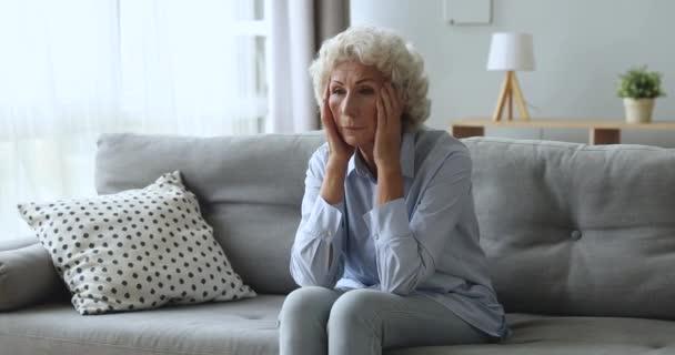 Stresszes aggódó idős nő aggódik egészségügyi problémák otthon