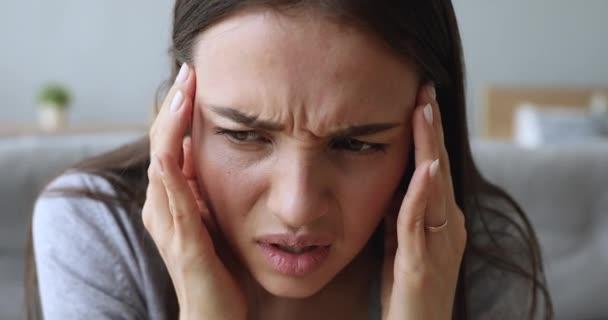 Stresszes fiatal nő szenved migrén koncepció, közelkép