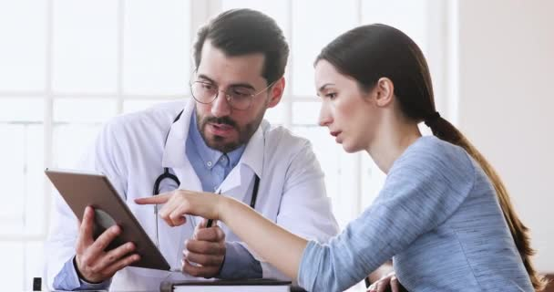 A háziorvos digitális táblagépen mutatja be a vizsgálati eredményeket a betegnek.