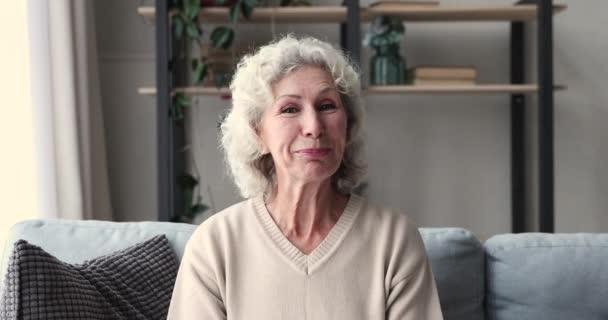 Web kamera nézet boldog idős nő megosztása jó hír.
