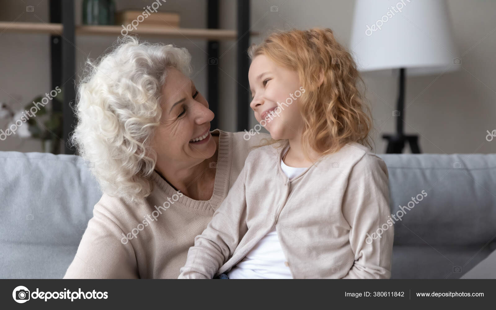 Abuelas Maduras fotos de abuela emocionada de stock, imágenes de abuela