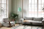 Moderní prázdný obývací pokoj s pohodlným nábytkem