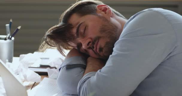 Kimerült lusta fiatal szakállas üzletember úgy érezte, alszik a munkahelyen.