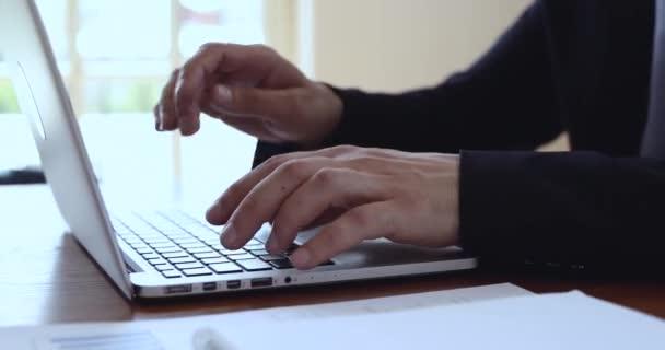 Közelkép az üzletember kezét gépelés laptop billentyűzeten