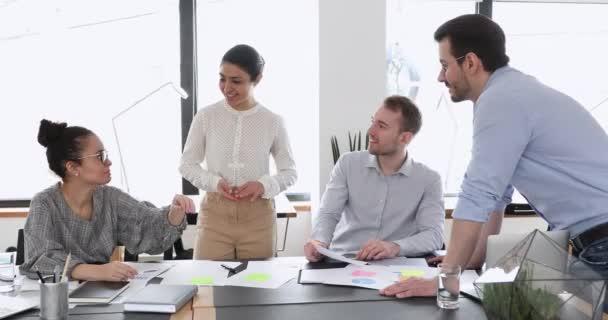 Glückliche Geschäftsleute geben gemeinsam High Five bei der Arbeit
