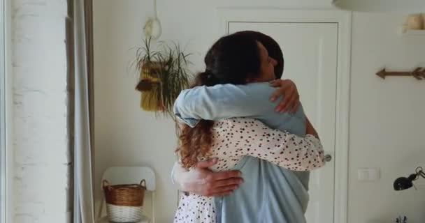 Nach Trennung: Verliebte Paare umarmen sich und genießen Moment des Wiedersehens