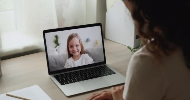Kind redet per Videotelefon, Laptop-Bildschirm über die Schulter der Frau