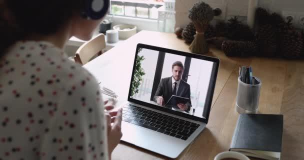 Geschäftsleute sprechen per Videokonferenz Laptop-Monitor Blick über weibliche Schulter