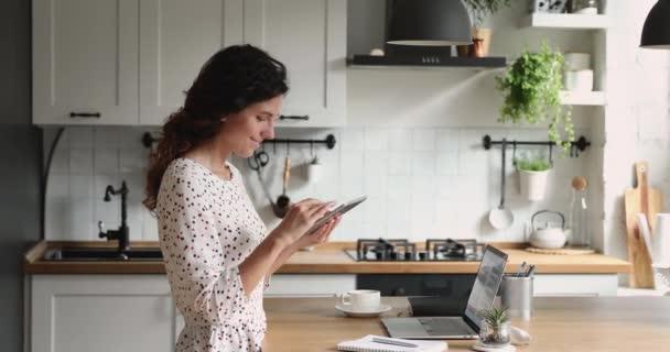 Freiberuflerin arbeitet von zu Hause aus mit modernem drahtlosen Tablet-Gerät