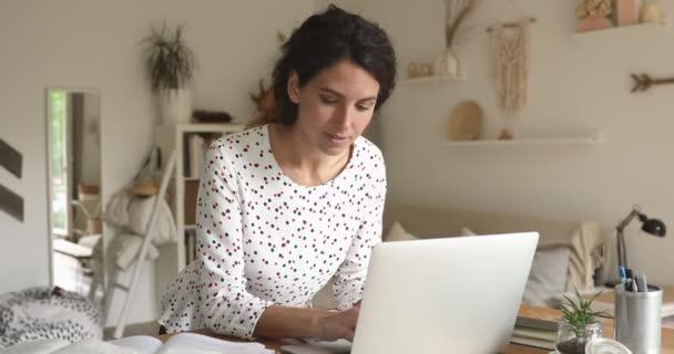Žena studující doma pracuje na disertační práci používat notebook