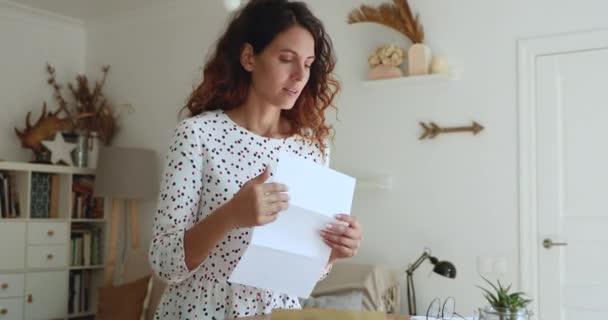 Žena otevřenou obálku vyndat dopis čtení hrozné zprávy