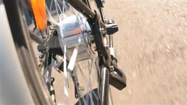 Elektrofahrradmotor dreht sich aus nächster Nähe. E-Bike-Motor dreht sich während der Fahrt, ohne an sonnigen Sommertagen hausieren zu gehen. Elektrisches Rad im Detail.
