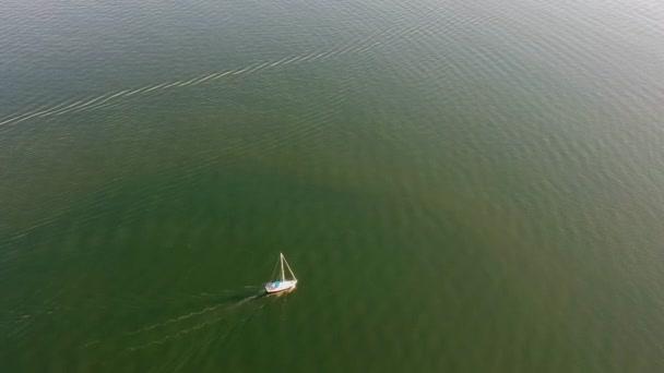 Vitorlás hajó hajó vitorlák, a nyílt tengeren. Vitorlás nyári légi drone megtekintése.