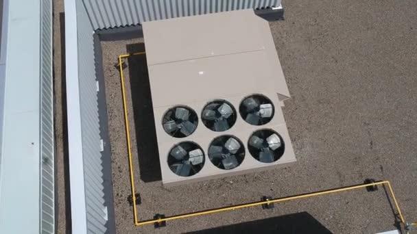 Felülnézet légi felvételeket Ac kipufogó nyílások ipari légkondicionáló és szellőző a tetőn a forró nyári napon.