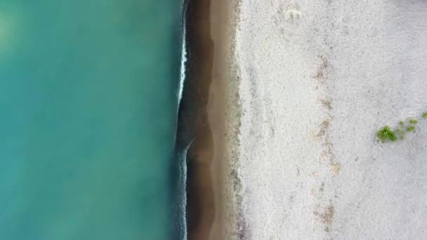 Légi madár szem kilátás-ból tropical beach videóinak hurok mutató zöld tengeri hullámok ellen, a homok partvonal zúzás varrat nélküli felvétel.