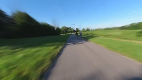 Zeitraffer oder Hyperlapse des geschickten Fahrens mit dem Fahrrad, Fahrrad oder Elektroroller auf den Straßen der Stadt und den Wegen des Stadtparks, 4k Action-Kamera pov Ansicht. Hindernisse, Menschen, Verkehr, Autos, andere Biker.