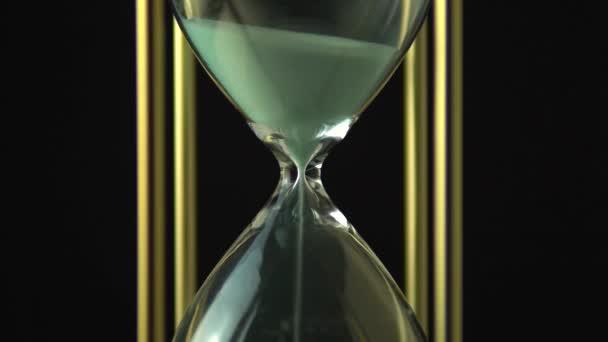 Homok mozoghat óra üveg. Közelről a homokóra óra. Régi idő klasszikus Sandglass időzítő. Closeup homok folyik az alján.