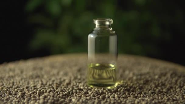Verschiebung und Schwerpunktverlagerung auf natürliches alternatives medizinisches Marihuana-cbd-Öl in Glasgefäßen auf viele Hanfpflanzensamen Revolution in der Schmerzbehandlung und Heilung von Angstzuständen, Fibromyalgie, Stress, Epilepsie.