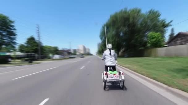 Radfahrer auf einem Elektrofahrrad im Stadtgebiet. Ökologiekonzept. Schuss von der Seite.