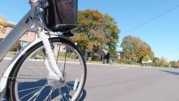 Elektrofahrrad fahren auf den Straßen der Stadt an sonnigen Tagen. Kamerablick auf die Akkus und den Elektromotor. Natürliches Licht. Der Blick auf den Akku des E-Bikes. Lebensstil.