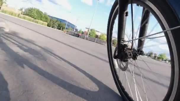 Přední kolo pohled na jízdu na kole na silnici města.