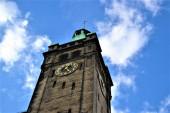 Fotografie Chemnitzer Rathausgebäude und Uhrturm mit blauem Himmel und weißer Wolke.
