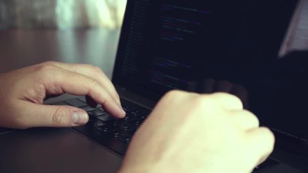 Coder di calcolo di codice programma di codifica sviluppare sviluppo dello sviluppatore (non cè nessun marchio possibile o violazione del copyright con codice di programmazione)