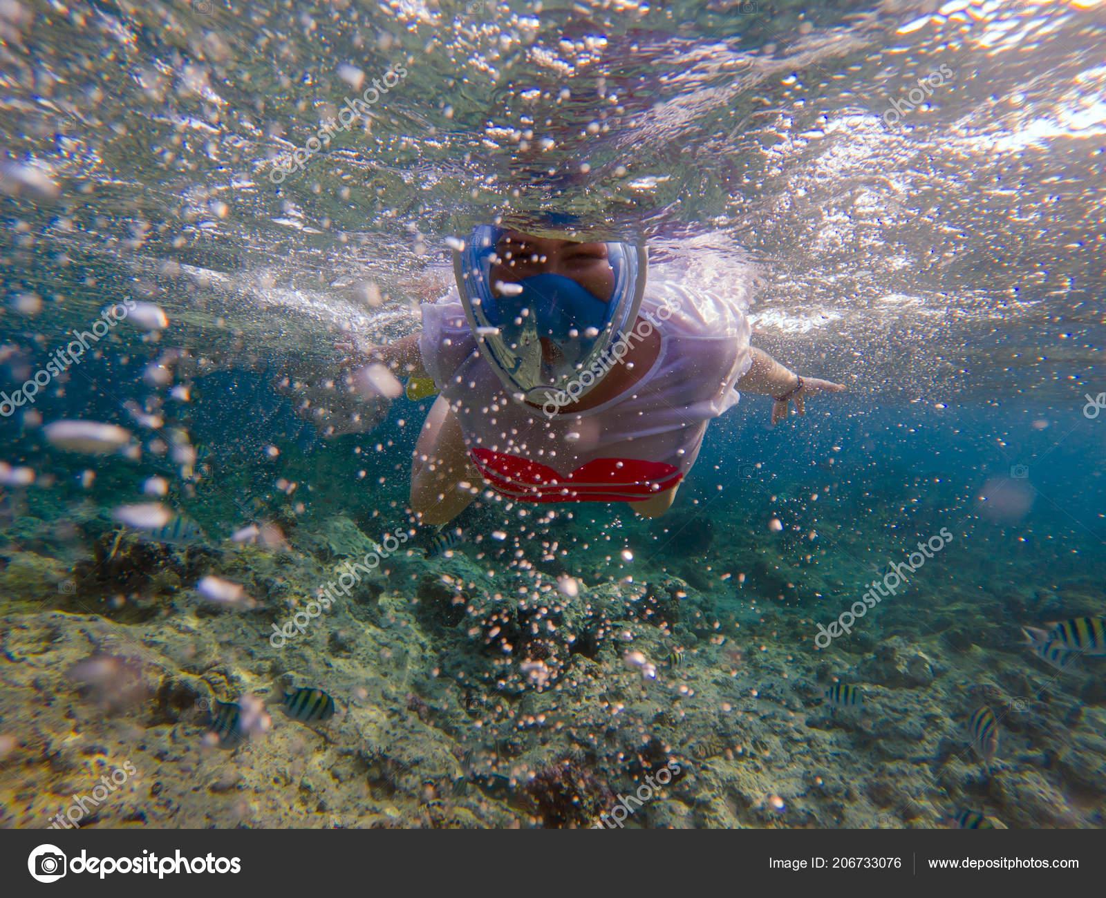 c2f955c1d Mulher de mergulhar na água azul. Snorkel mostra o polegar na máscara facial.  Actividade de verão. Linda garota na água do mar.