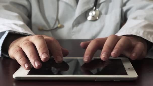 Arzt männlich mit digitalem Tablet. Nahaufnahme