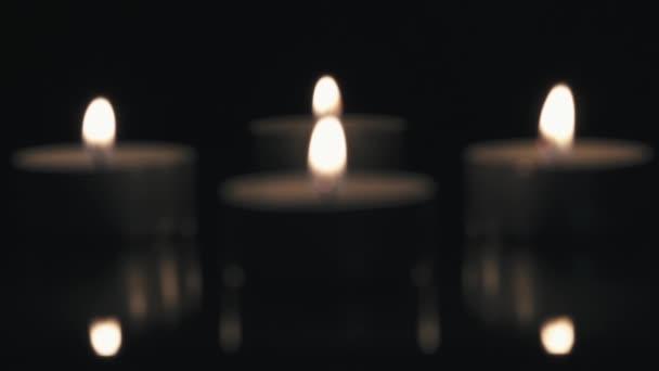 Rozmazané hodně málo svíček, naděje, čaj světle svíce