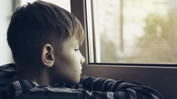 Puberťák, smutný a osamělý, pohledu přes okno. Pubertě je v depresi