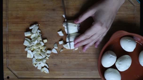 Kuřecí vejce nakrájíme na malé kostky pro další využití při přípravě různých jídel, saláty, polévky, sendviče