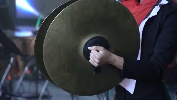 Cintányér. Játszani valamilyen hangszeren