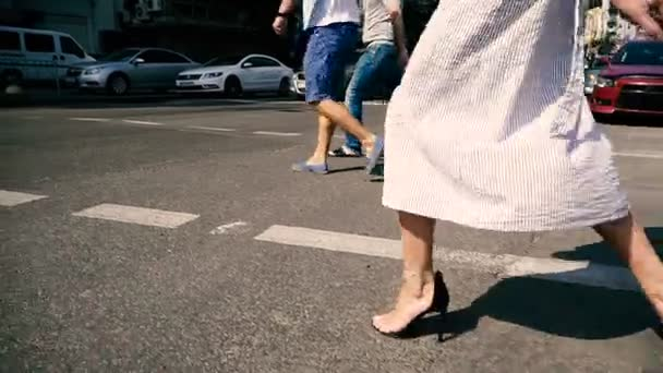 Ženské nohy přes silnici