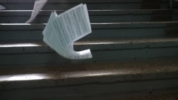 Hangjegyek. Papír esik a földre