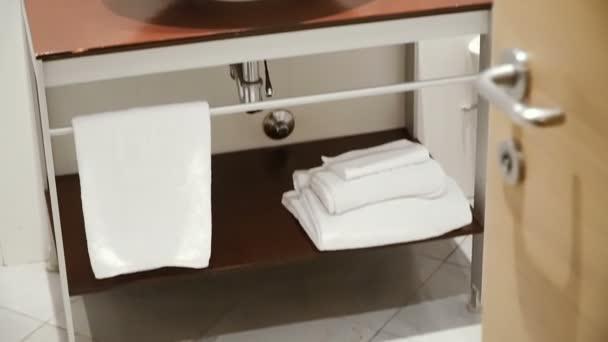 Koupelna. Bílé umyvadlo se zrcadlem