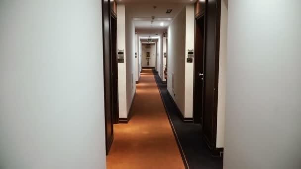Koridor. Dlouhá chodba s dveřmi
