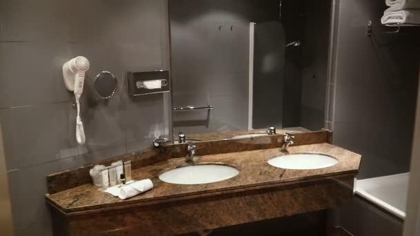 Fürdőszoba. Fehér mosdó tükörrel