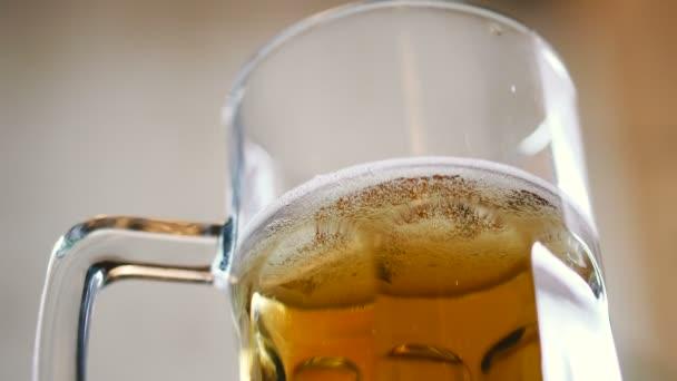 Sklenice piva s mrazěným pivem