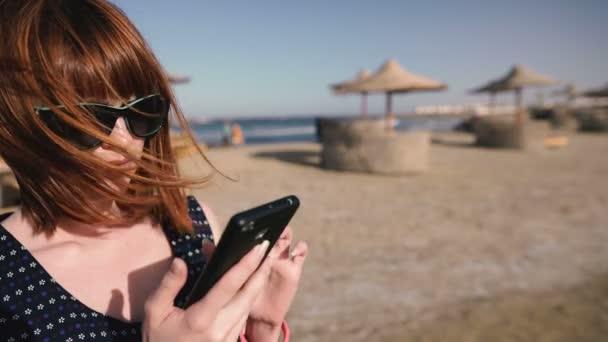 Handy. Mädchen telefoniert mit einem Handy