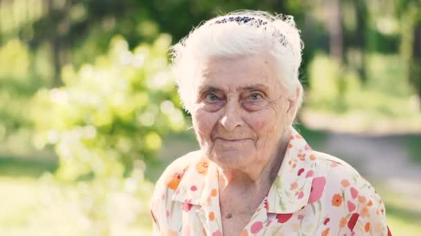 Babička. Portrét stovky let staré babičky